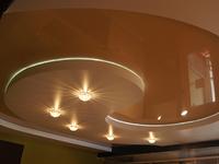 Двухуровневый сатиновый натяжной потолок в зал