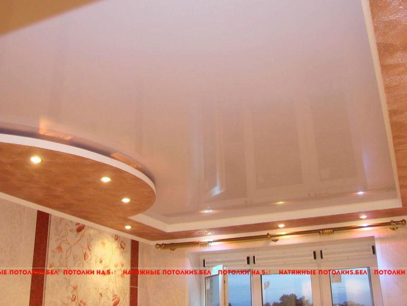 Двухуровневый глянцевый натяжной потолок в зал