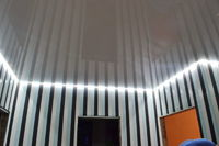 парящий натяжной потолок в зал
