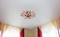 сатиновый натяжной потолок в спальню