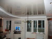 глянцевый натяжной потолок на кухню